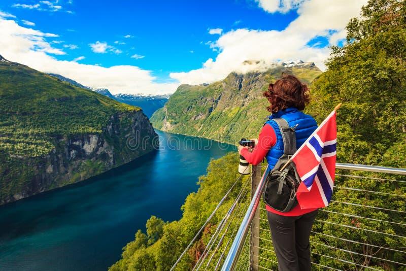 Turist- tagande foto av fjordlandskapet, Norge royaltyfria foton
