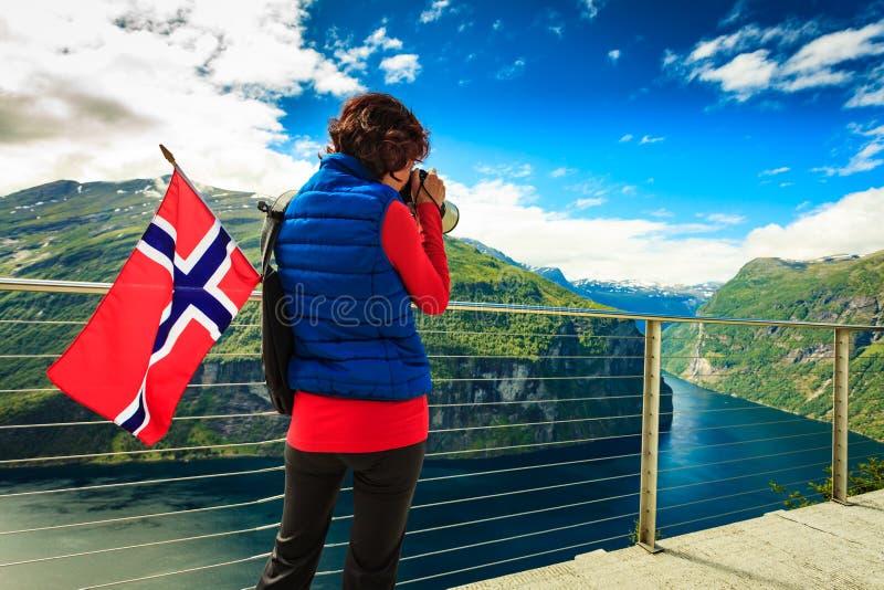 Turist- tagande foto av fjordlandskapet, Norge royaltyfri bild