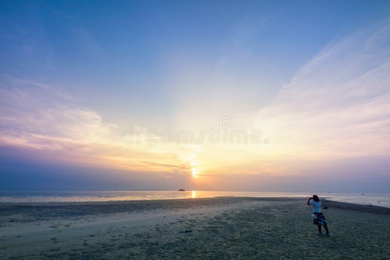 Turist- tagande foto för kvinna på stranden royaltyfri foto