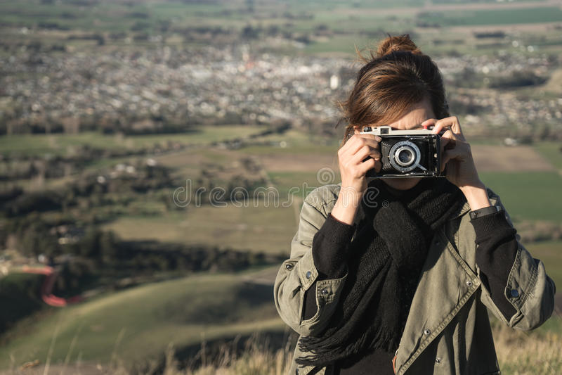 Turist- tagande fotografi med den retro kameran arkivbild