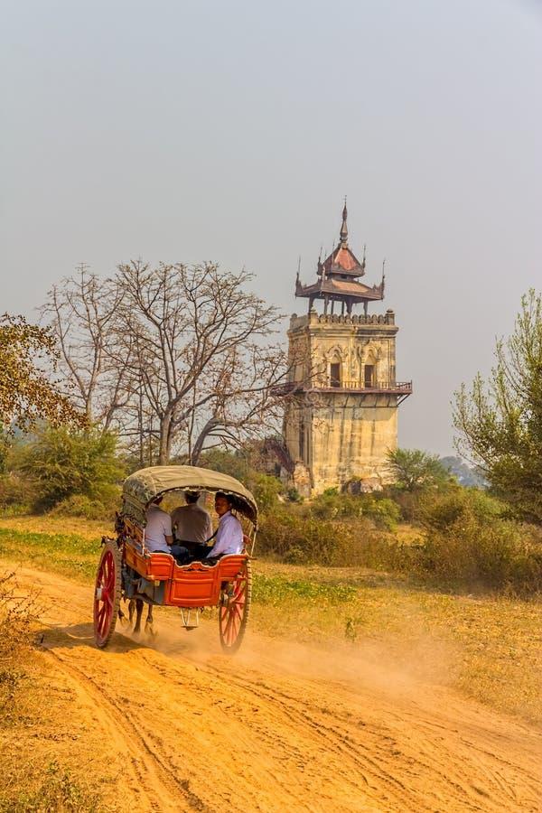 Turist- tagande vagnsritt, Bagan royaltyfria bilder