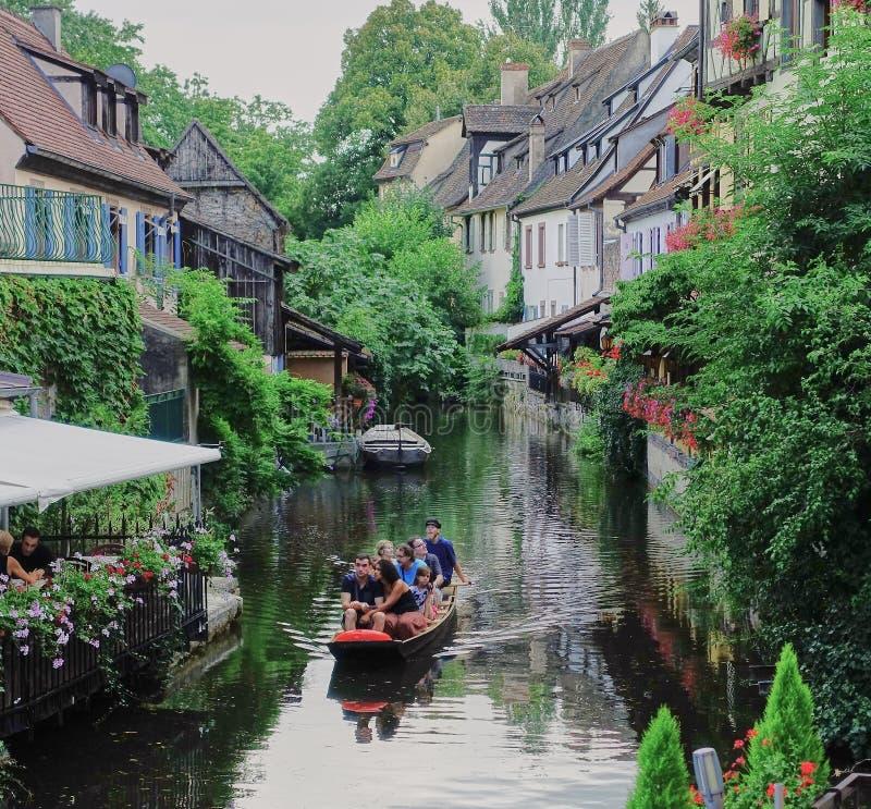 Turist- tagandefartygkryssning på kanalen i Colmar, Frankrike fotografering för bildbyråer
