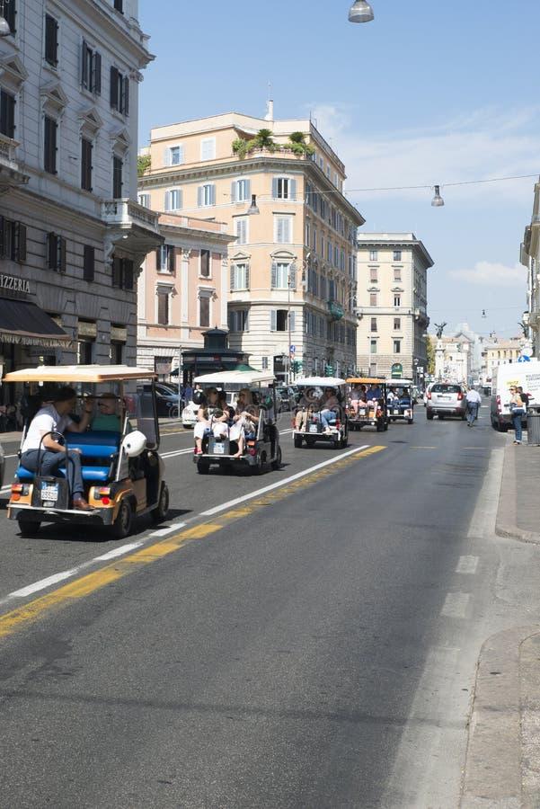 Turist- taxiar i Rome fotografering för bildbyråer