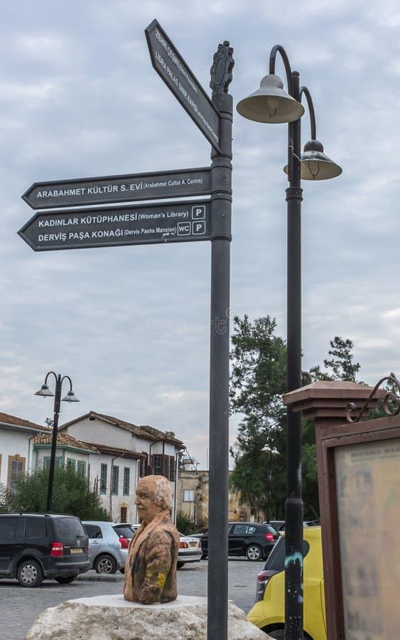 Turist- teckenstolpe Nicosia, norr Cypern arkivbild