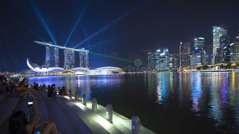 Turist- tyckande om sikt av Marina Bay Sands Hotel royaltyfria foton