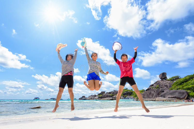 Turist- utvecklingsfamilj för kvinnor tre på stranden royaltyfria foton