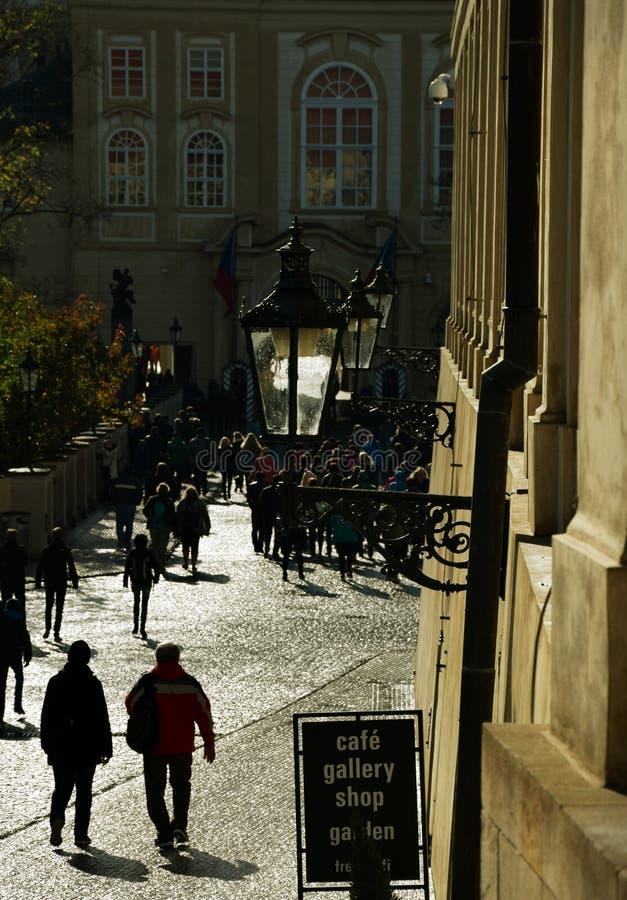 Turist- väg till den Areal Prague slotten arkivfoto