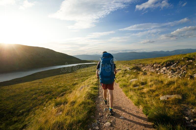 Turist- vänner på en överkant av berg i skotsk Skotska högländerna Skottland natur Det turist- folket tycker om ett ögonblick i e arkivfoto