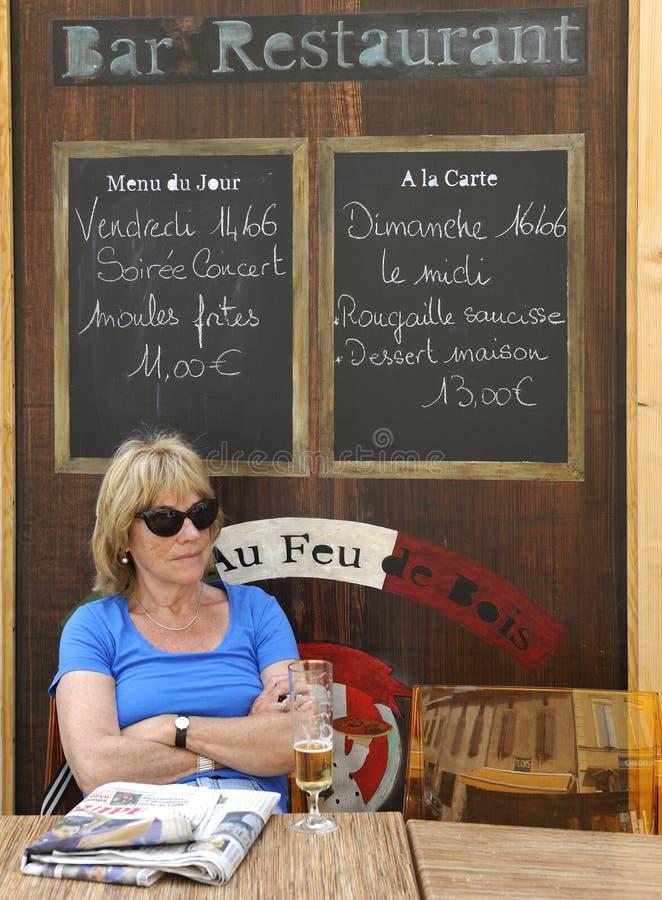 Turista ad un terrazzo francese del caffè fotografia stock