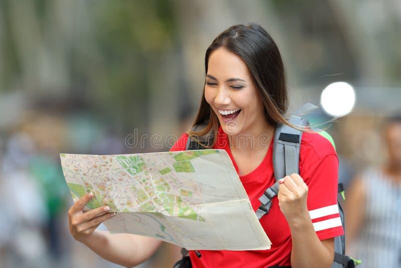Turista adolescente entusiasmado que encontra o destino foto de stock