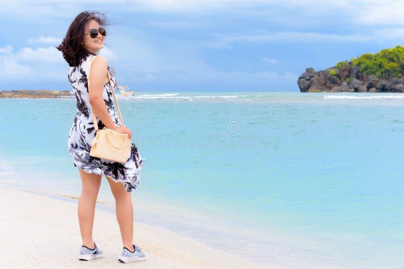 Turista adolescente lindo de la muchacha en la playa en Tailandia fotografía de archivo