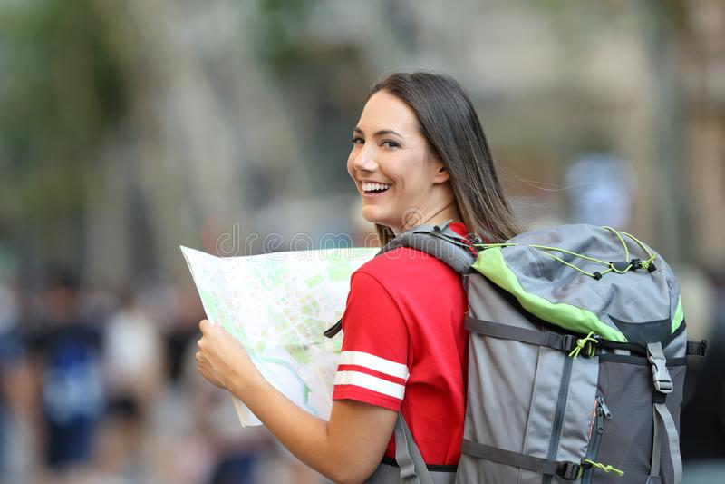 Turista adolescente que guarda um guia e que olha a câmera imagens de stock