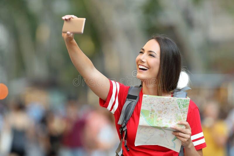 Turista adolescente que toma o selfie na rua imagem de stock royalty free