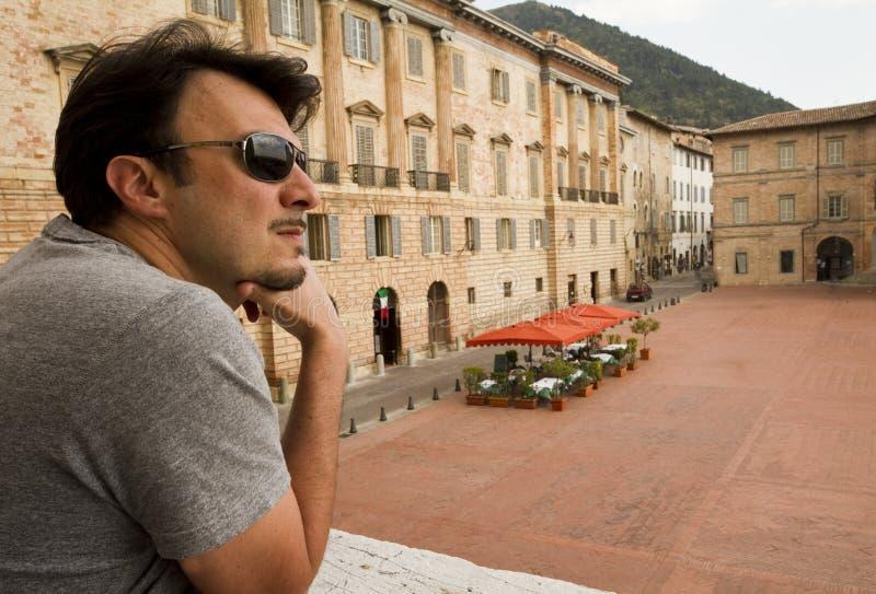 Turista adulto em Toscânia e em Úmbria históricas, Ital fotografia de stock royalty free