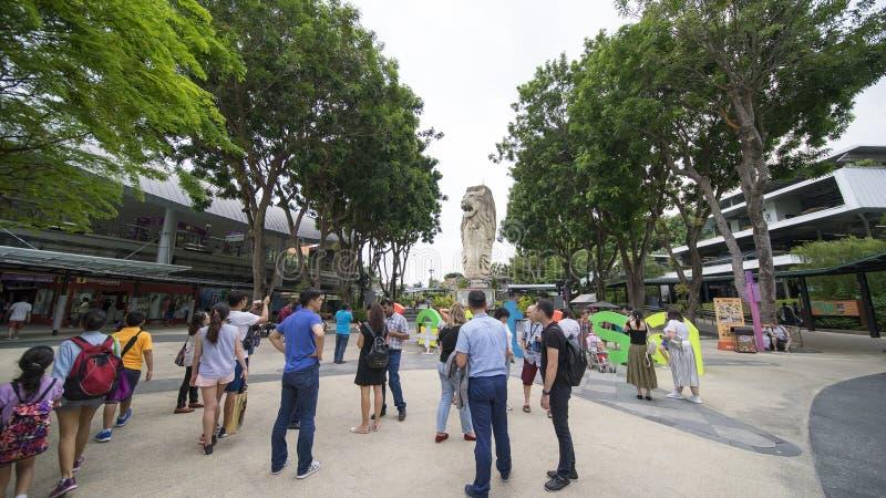 Turista aglomerado que toma a foto perto da estátua de Merlion imagens de stock royalty free