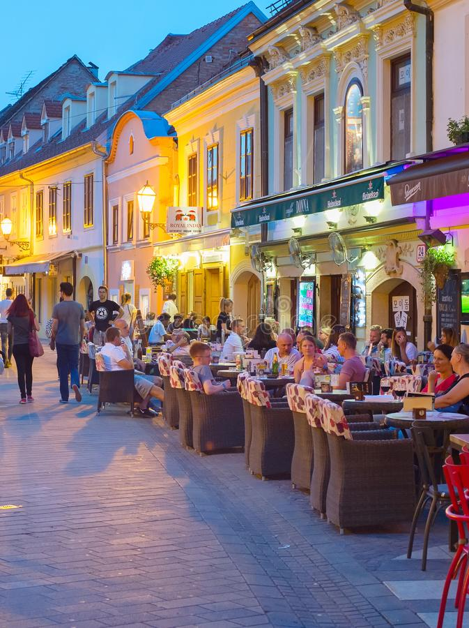 Turista ai ristoranti della via zagabria fotografie stock