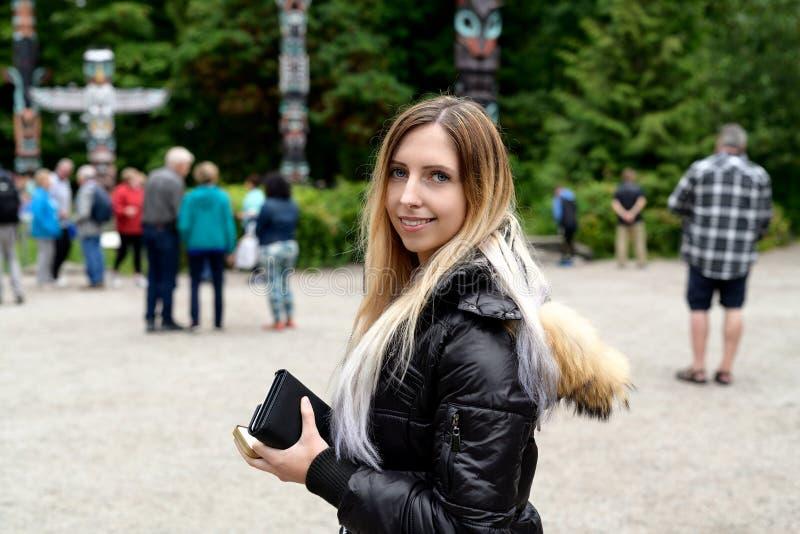 Turista ai totem in Stanley Park, Vancouver, Britannici Colum fotografia stock libera da diritti