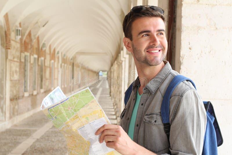Turista alegre que guarda o mapa com espaço da cópia imagens de stock
