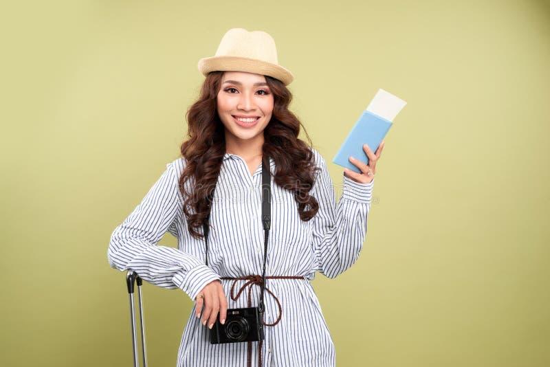 Turista asiático alegre com a mala de viagem que toma a imagem na câmera moderna ao estar contra o fundo branco, tiro do retrato fotos de stock royalty free