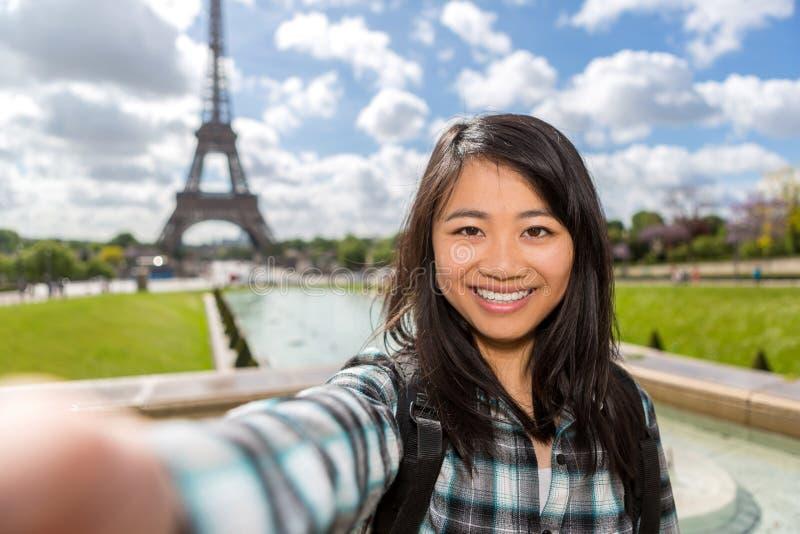 Turista asiático atractivo joven en París que toma el selfie imágenes de archivo libres de regalías