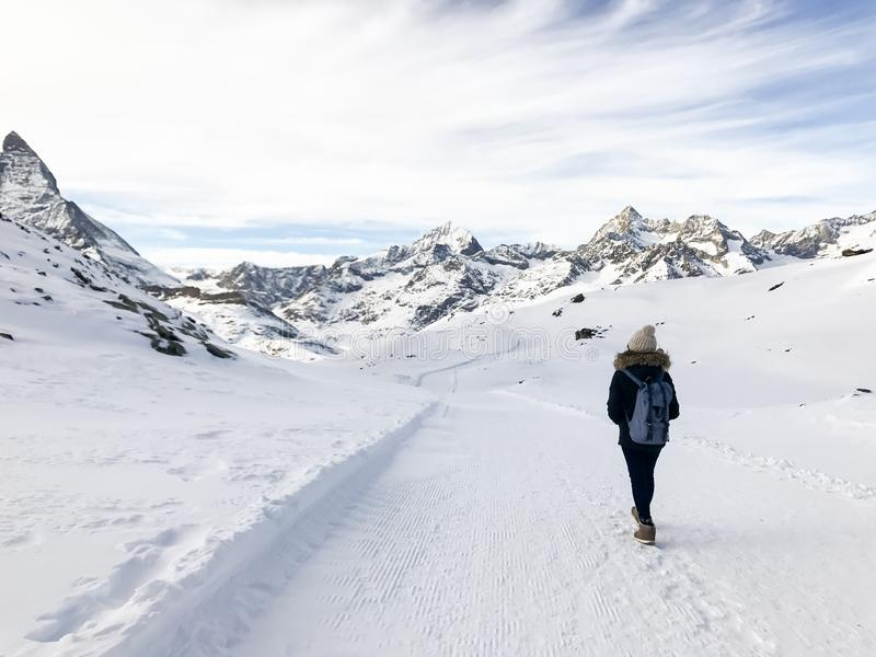 Turista asiático da mulher que olha à montanha de Matterhorn dentro na GR fotografia de stock