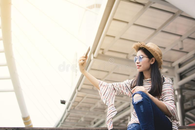 Turista asiático da mulher que usa o selfie do smartphone durante o curso em Banguecoque imagens de stock