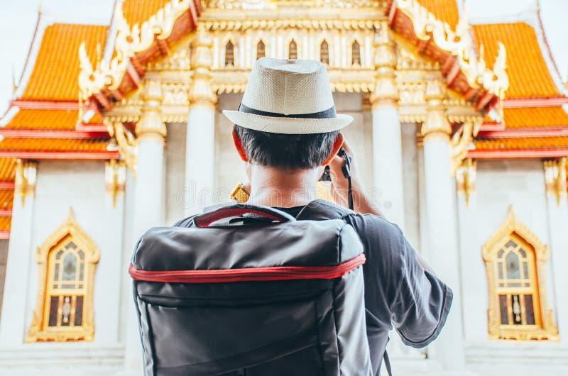 Turista asiático do homem que toma a foto com a câmera em Wat Benchamabophit Dusitvanaram Bangkok Thailand fotografia de stock royalty free