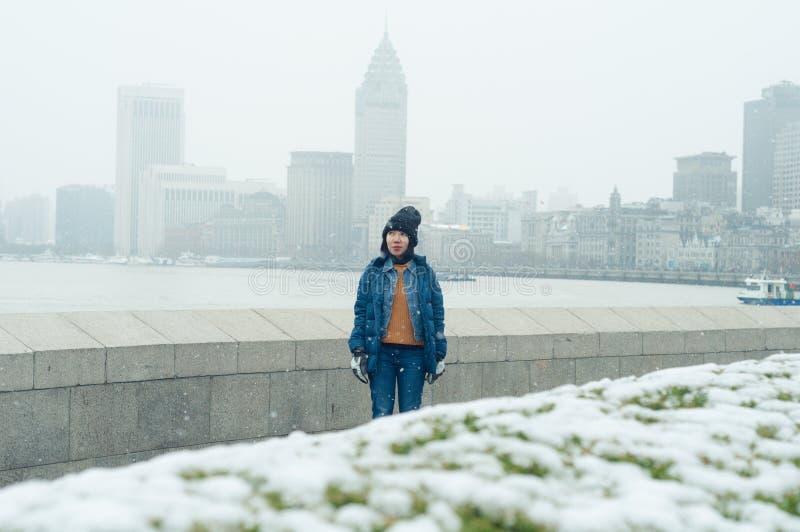 Turista asiático femenino que camina en la Federación, Shangai foto de archivo libre de regalías