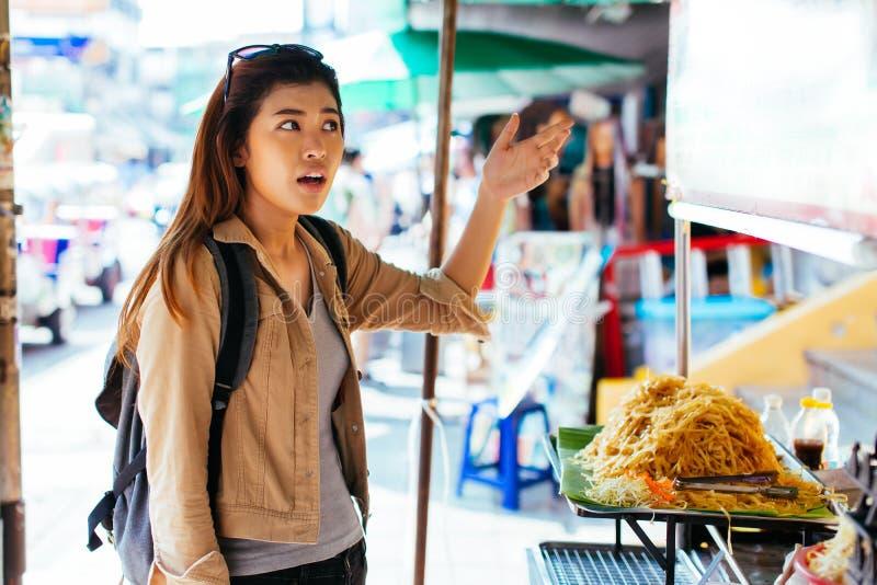 Turista asiático infeliz com alimento overpriced da rua foto de stock royalty free