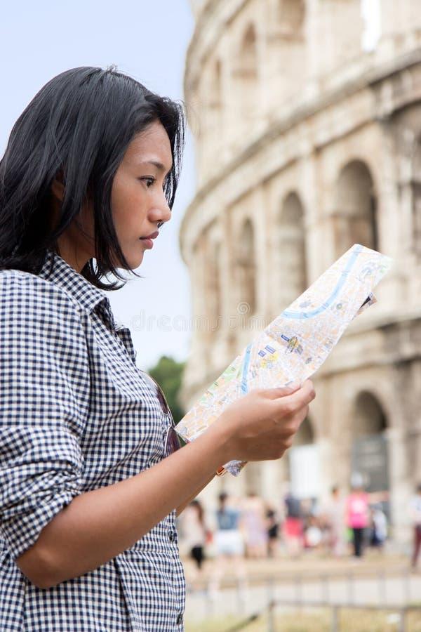 Turista asiatico durante un giro del centro storico del ` s di Roma fotografia stock libera da diritti