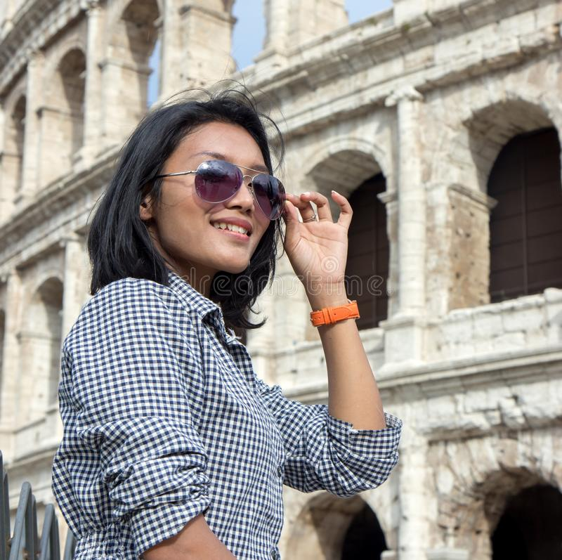 Turista asiatico durante un giro del centro storico del ` s di Roma immagini stock libere da diritti