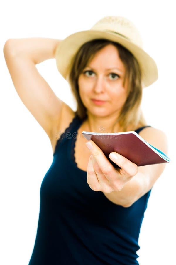 Turista biondo di estate della donna con il cappello che porta maglietta giro collo blu immagini stock