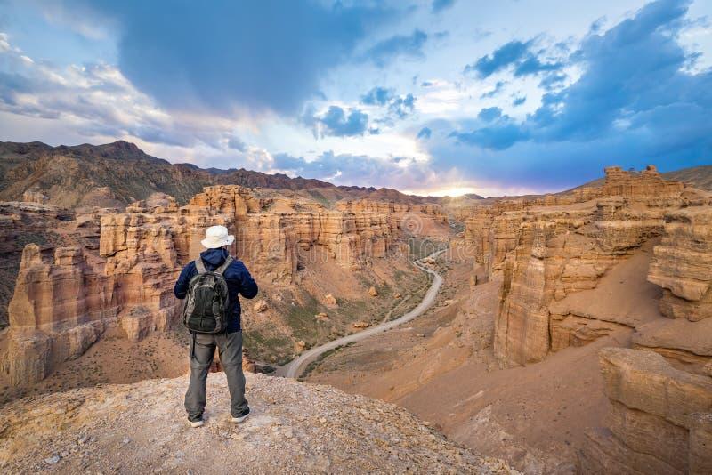 Turista in canyon di Charyn, il Kazakistan immagini stock