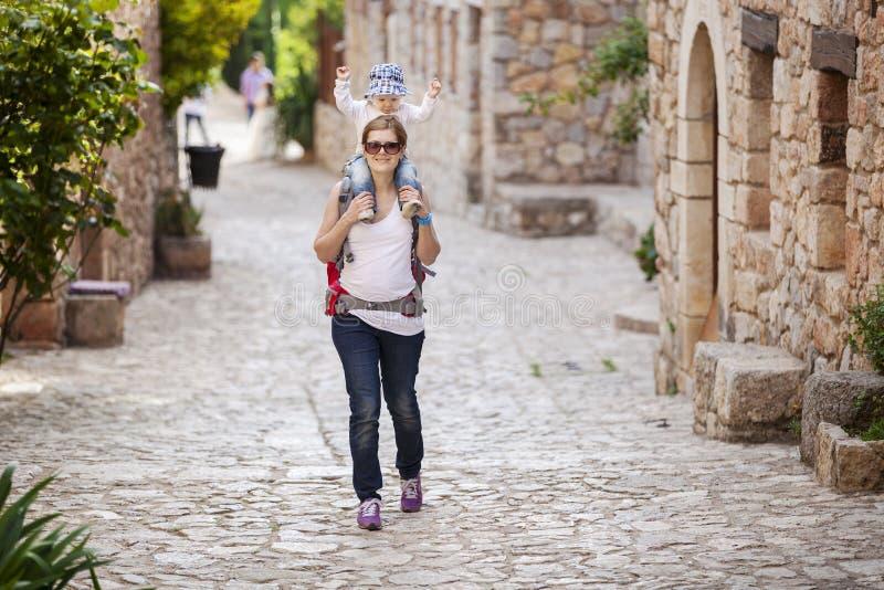 Turista caucásico de la mujer que lleva a su pequeño hijo fotografía de archivo libre de regalías