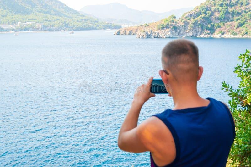 Turista caucásico joven que toma la foto fotografía de archivo