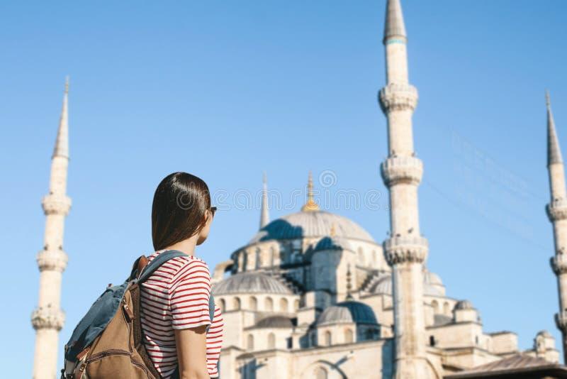 Turista cerca de la mezquita azul en Estambul fotografía de archivo