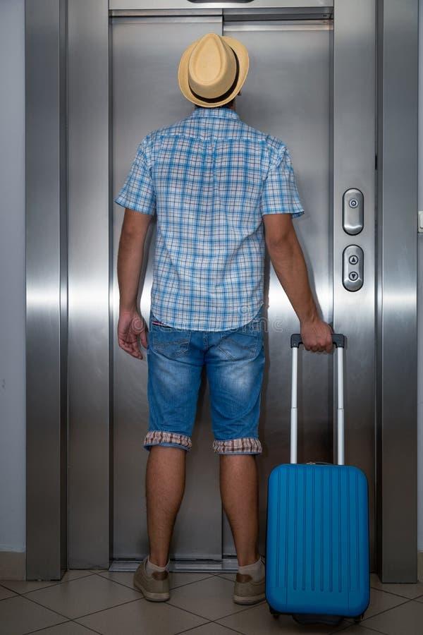 Turista che aspetta l'elevatore fotografia stock