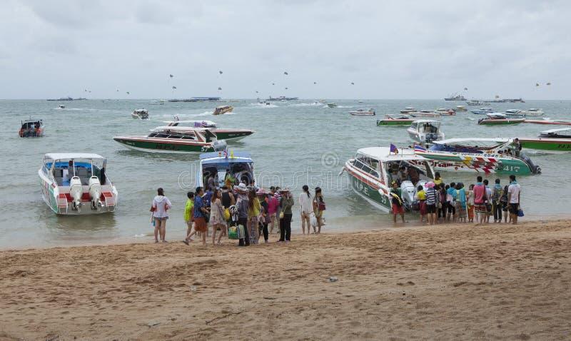 Turista che aspetta per prendere le barche a macchina di alta velocità fotografia stock