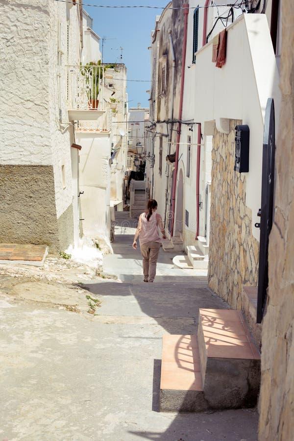 Turista che cammina in Vieste, fotografia stock libera da diritti