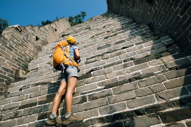 turista che cerca sul modo di scalare della grande muraglia fotografia stock libera da diritti