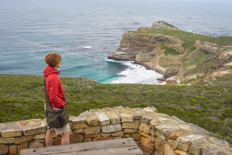 Turista che fa un'escursione al punto del capo, esaminando punto di vista del Capo di Buona Speranza e di Dias Beach, destinazion fotografie stock libere da diritti