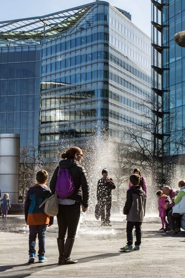 Turista che gode delle fontane immagine stock libera da diritti