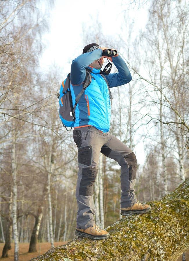 Turista che osserva tramite il binocolo fotografia stock