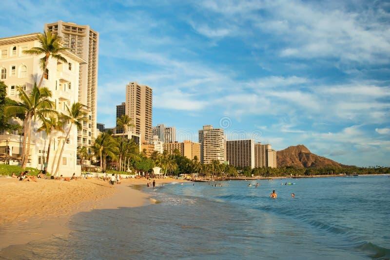Turista che prende il sole e che pratica il surfing sulla spiaggia di Waikiki nei wi delle Hawai fotografia stock