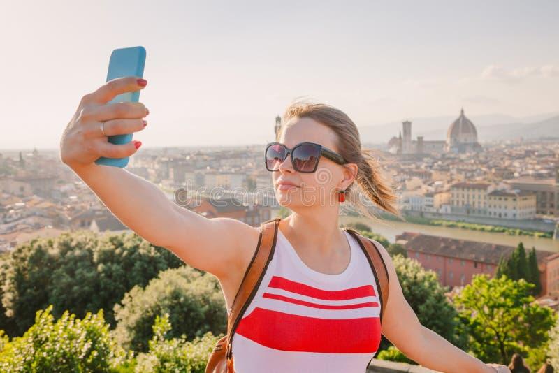Turista che prende selfie con paesaggio urbano Toscana Italia di Firenze immagine stock libera da diritti