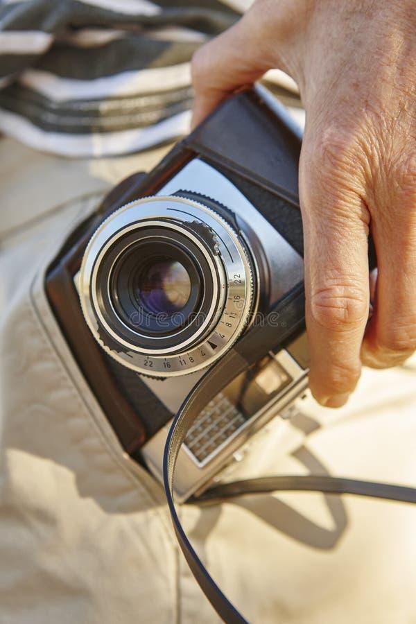 Turista com a câmera do vintage no bolso Fundo do curso fotos de stock
