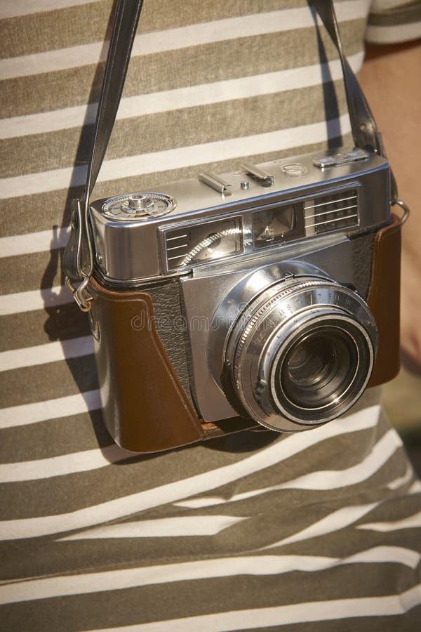 Turista com a câmera do vintage no campo Backgroun do curso imagem de stock