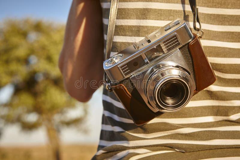 Turista com a câmera do vintage no campo Backgroun do curso foto de stock