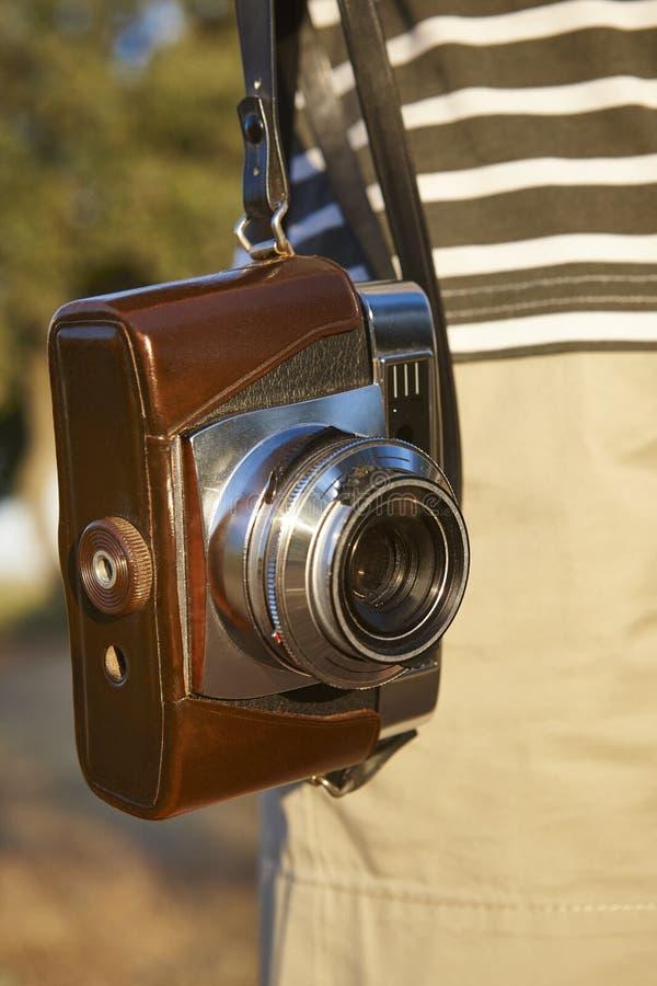 Turista com a câmera do vintage no campo Backgroun do curso fotografia de stock