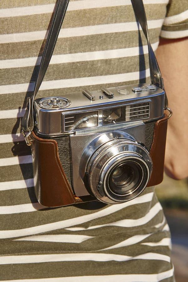 Turista com a câmera do vintage no campo Backgroun do curso fotos de stock